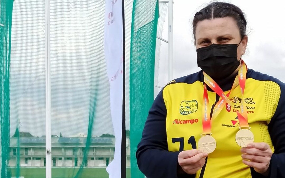 Vanesa Gil Resano con sus dos medallas de oro del nacional de lanzamientos largos de invierno máster 2021