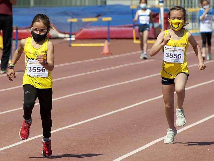 Dos niñas de la escuela de iniciación de ALCAMPO-Scorpio71 compitiendo